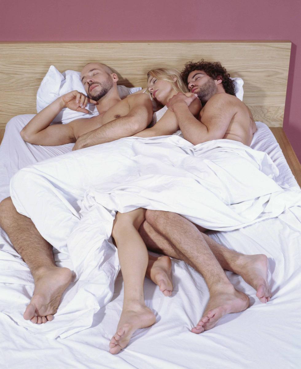 результате, обе кино втроем в постели снимает